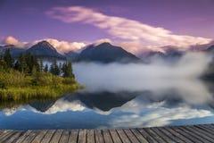 Le lever de soleil au-dessus d'un lac en parc haut Tatras Photo libre de droits
