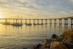Le lever de soleil au-dessus de la baie de Coronado baigne tout dans une lumière d'or chaude Photographie stock libre de droits