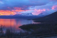 Le lever de soleil au-dessus du träsk de Torne et de la montagne en U a appelé Lapporten Photos stock