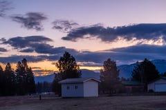 Le lever de soleil au-dessus de l'des agriculteurs mettent en place, Colombie, Montana, Etats-Unis image libre de droits