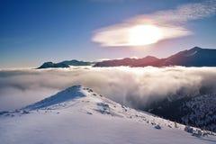 Le lever de soleil aux nuages a couvert des crêtes de montagne de Tatra Images stock