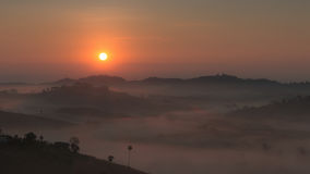 Le lever de soleil avec un brouillard en hiver image stock