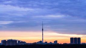 Le lever de soleil bleu et le panorama urbain avec la TV dominent Photographie stock libre de droits