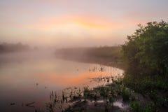 Le lever de soleil brumeux à la rivière Photographie stock libre de droits