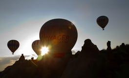 Le lever de soleil chaud de ballons à air rayonne l'intervalle de montagne Photographie stock libre de droits
