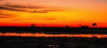 Le lever de soleil coloré s'est reflété dans un petit lac image libre de droits