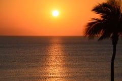 Le lever de soleil colore la lumière et l'obscurité se dégagent du nouveau Sun la plage du sud de la Floride photographie stock