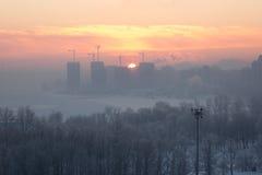 Le lever de soleil dans la ville pendant l'hiver Image libre de droits