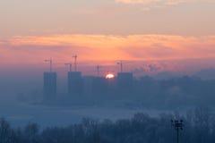 Le lever de soleil dans la ville pendant l'hiver Images stock