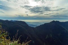 Le lever de soleil dans les prés et les montagnes aménagent en parc, des mondes finissent en Horton Images libres de droits