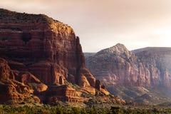 Le lever de soleil de début de la matinée illumine les formations de roche rouges étonnantes de Sedona Photos libres de droits