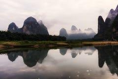 Le lever de soleil de matin au-dessus de la rivière de Li Photos stock