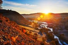 Le lever de soleil de rivière et de colline Images libres de droits