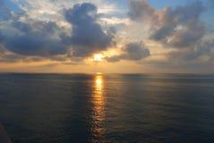 Le lever de soleil en mer image libre de droits