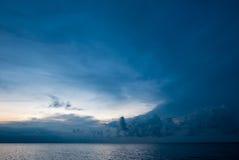 Le lever de soleil et la vue d'océan sur le paradis Lovina échouent - Bali, Indonesi image libre de droits