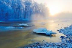 Le lever de soleil gelé de neige et de cristaux de glace de rivière Photographie stock