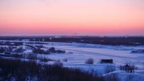 Le lever de soleil magnifique d'hiver en Narian-mars avec la neige a couvert la forêt et la toundra de sapin de rivière Grande sc Photos stock