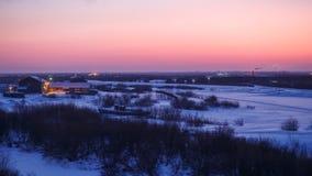 Le lever de soleil magnifique d'hiver en Narian-mars avec la neige a couvert la forêt et la toundra de sapin de rivière Grande sc Image libre de droits