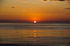 Le lever de soleil sur l'océan pacifique Image stock