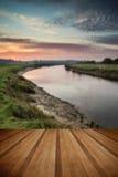Le lever de soleil vibrant renversant s'est reflété en rivière calme avec le pl en bois photos libres de droits