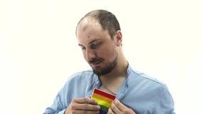 Le lgbt gai d'homme montre des expressions du visage clips vidéos