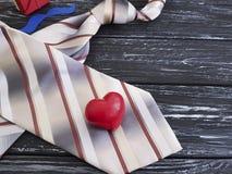 Le lien, coeur, moustache de papier, de fête romantique d'idée célèbrent le boîte-cadeau de présents sur un vieux fond en bois no Photos stock