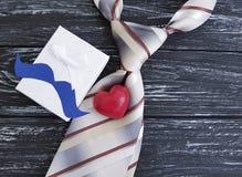 Le lien, coeur, moustache de papier, de fête romantique d'idée créative de forme célèbrent le boîte-cadeau de présents sur un vie Photographie stock libre de droits