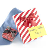 Le lien et deux boîte-cadeau avec l'étiquette de carte écrivent le mot heureux de fête des pères Photographie stock