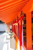 Le lien japonais de cloche avec le tissu à l'intérieur du tombeau de Fushimi Inari est le tombeau de Shinto célèbre à Kyoto, Japo photos libres de droits