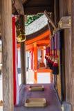Le lien japonais de cloche avec le tissu à l'intérieur du tombeau de Fushimi Inari est le tombeau de Shinto célèbre à Kyoto, Japo photo stock