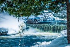 Le lien tombe sur la rivière d'Ontonogan (la section centrale) Photo stock