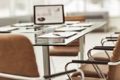 le lieu de travail avec des documents d'ordinateur portable et de travail pour les affaires team dans un bureau moderne Photo libre de droits