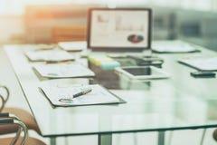 le lieu de travail avec des documents d'ordinateur portable et de travail pour les affaires team dans un bureau moderne Images libres de droits