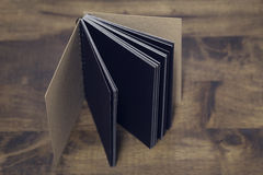 Le lieu de travail, carnet sur le fond en bois de table, conception de vintage Images libres de droits