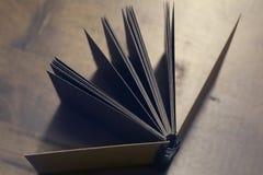 Le lieu de travail, carnet sur le fond en bois de table, conception de vintage Image stock