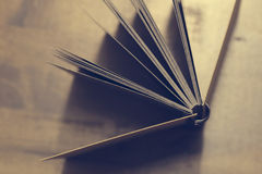Le lieu de travail, carnet sur le fond en bois de table, conception de vintage Image libre de droits