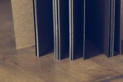 Le lieu de travail, carnet sur le fond en bois de table, conception de vintage Photos stock