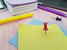 Le lieu de travail coloré par bloc-notes de papier blanc de punaise écrivent le rose de marqueurs de note de concepteur en bois photo stock