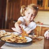 Le lieu de travail de confiserie avec le ` s de femmes remet décorer des biscuits de Noël Boulangerie à la maison, bonbon ensolei Photo stock