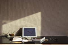 Le lieu de travail d'opérateur en bourse avec le marché financier représente graphiquement sur l'ordinateur portable image libre de droits