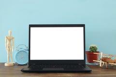 le lieu de travail de bureau avec le leptop ouvert et vident l'écran blanc pour l'espace de copie Photographie stock libre de droits