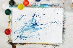 Le lieu de travail de l'artiste de vue supérieure avec éclabousse des pots bleus et blancs Photos libres de droits