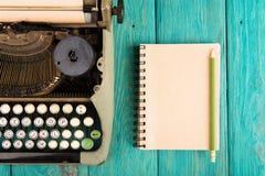 le lieu de travail de l'auteur - bureau en bois avec la machine à écrire Photographie stock
