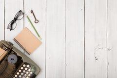 le lieu de travail de l'auteur - bureau en bois avec la machine à écrire Photo stock