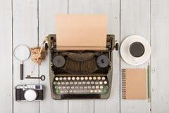 le lieu de travail de l'auteur - bureau en bois avec la machine à écrire Images stock