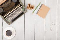 le lieu de travail de l'auteur - bureau en bois avec la machine à écrire Photos libres de droits