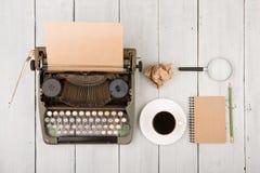 le lieu de travail de l'auteur - bureau en bois avec la machine à écrire Images libres de droits