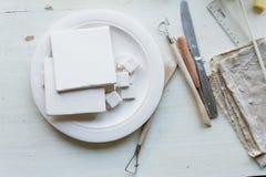 Le lieu de travail des ceramistBlanks pour la peinture Un atelier créatif Composition en Minimalistic dans des couleurs lumineuse photos stock