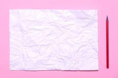 Le lieu de travail de la feuille de l'artiste A de papier chiffonné sur un fond rose photographie stock libre de droits