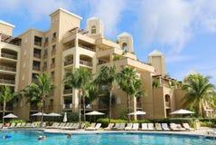Le lieu de villégiature luxueux de Ritz-Carlton Grand Cayman situé sur les sept Miles Beach Images libres de droits